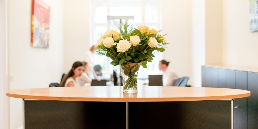 Blumenstrauß Empfangstresen Kanzlei Höchstetter & Koll.