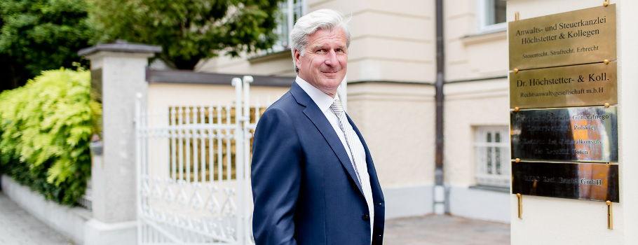 Rechtsanwalt Herr Dr. Höchstetter vor Kanzlei
