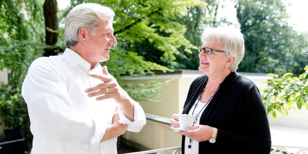 Herr Dr. Höchstetter und Kollegin tauschen Neuigkeiten aus