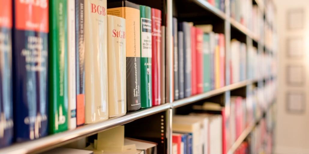 Bücherregal in der Kanzlei mit Gesetzestexten