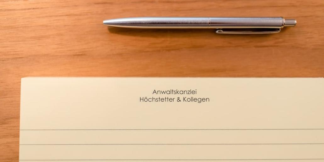 Kugelschreiber und Briefpapier Aufschrift Anwaltskanzlei Höchstetter & Kollegen