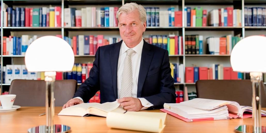 Rechtsanwalt für Selbstanzeige Dr. Höchstetter am Schreibtisch