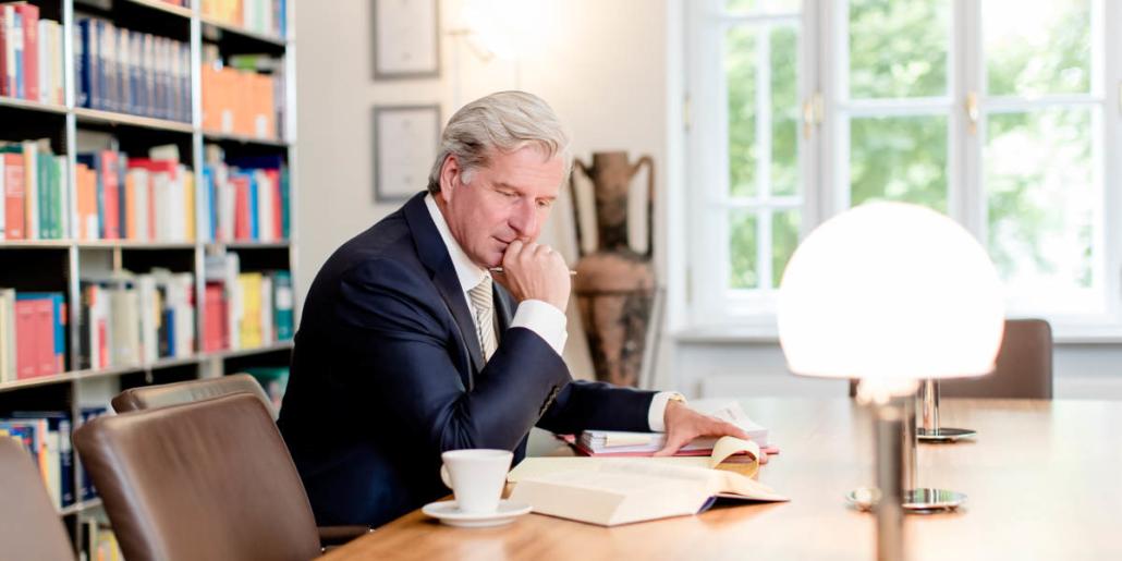 Rechtsanwalt für Stiftungsrecht Dr. Höchstetter am Schreibtisch