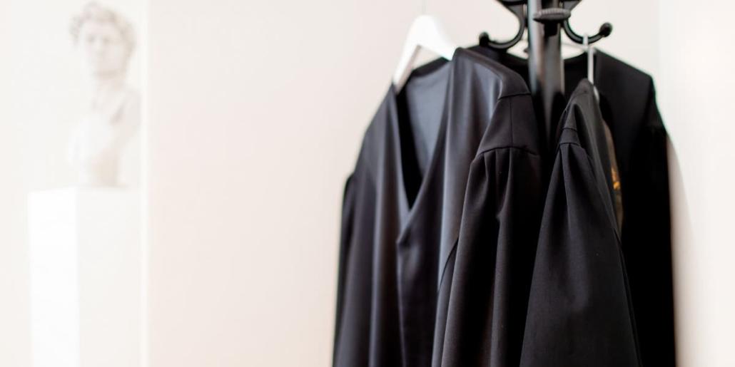 Anwaltsroben an Garderobe in Kanzlei